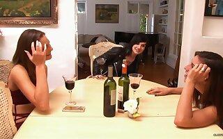 Smiley teen Riley Reid pops up in lesbian porn clip